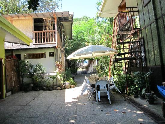 Coron Village Lodge: Walkway from the room to the dining hall