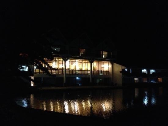 Hotel Bambito Resort: bambito at night