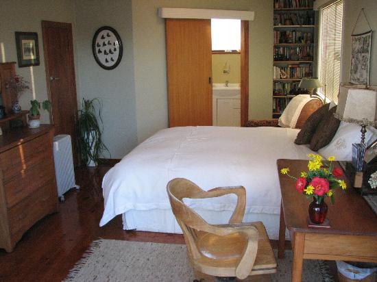 Shula's Lake House: The Tui Room