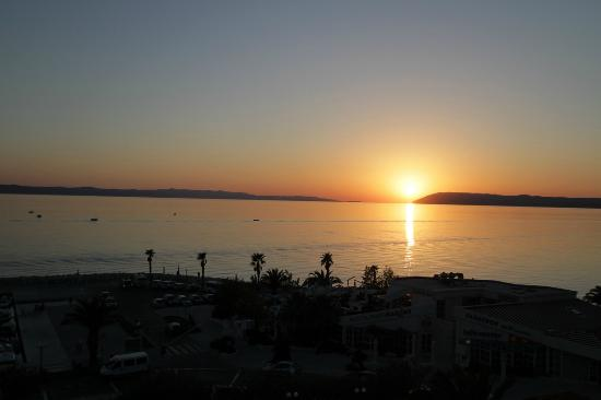 Hotel Laurentum : A view of the sun setting over the Adriatic from the room
