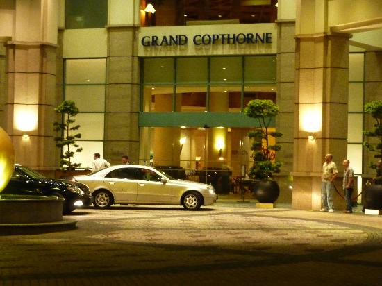 Grand Copthorne Waterfront Hotel: front of the hotel