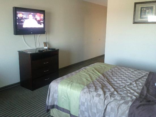 Days Inn & Suites Anaheim Resort: TV