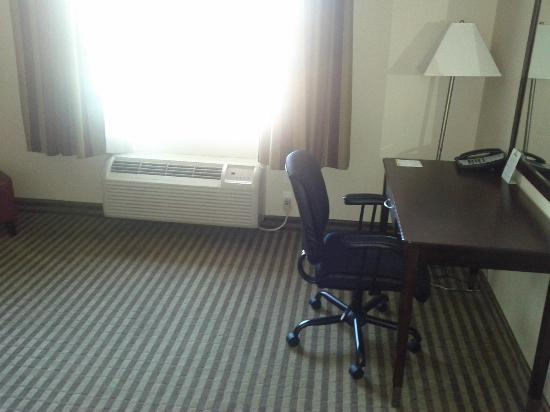 Days Inn & Suites Anaheim Resort: Desk and Chair