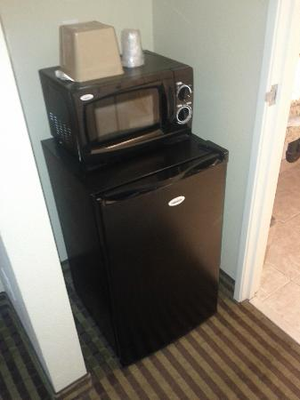 Days Inn & Suites Anaheim Resort: Microwave and Fridge