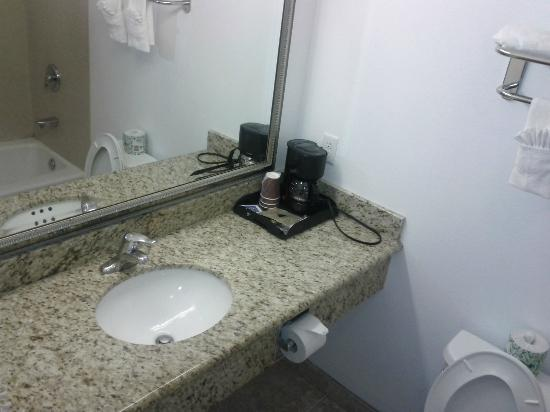 Days Inn and Suites: Bathroom