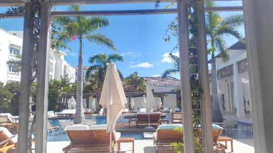 Gansevoort Turks + Caicos: Sitting outside at Stelle for breakfast near pool