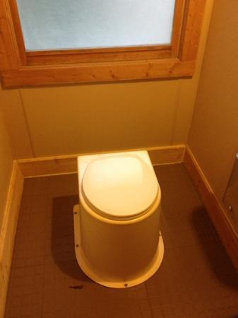 Len Foote Hike Inn: Toilet. Smell-free!!! Do NOT loose anything in them: you will not want to retrieve it. Trust me.