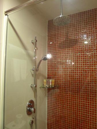 โรงแรมเร: Rain shower