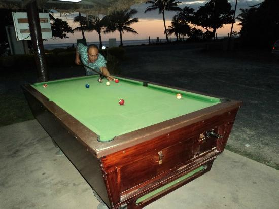BEACHSIDE-RESTAURANT: playing pool and relaxing