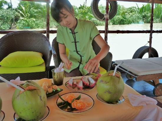 Mango Cruises - Tur Pribadi Harian: our guide preparing a snack