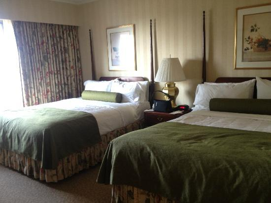 Mayflower Park Hotel: two double beds