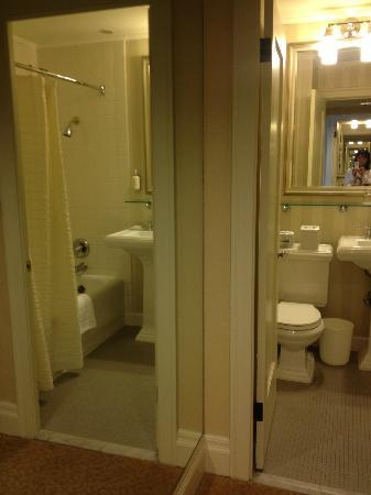 Mayflower Park Hotel: two bathrooms!