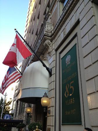 Mayflower Park Hotel: entrance 