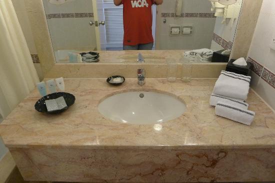 Hotel Equatorial Melaka: Bathroom sink