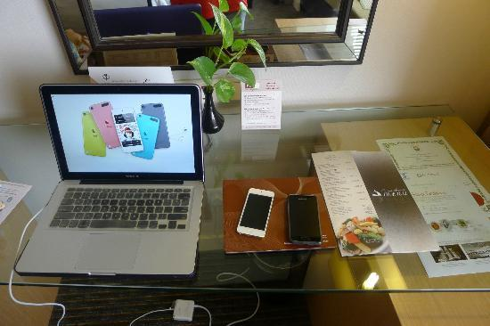 Hotel Equatorial Melaka: Spacious workstation