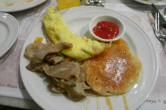 Hotel Equatorial Melaka: Omelette, pancake, and sautéed mushrooms for brekkie!