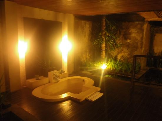 The Ubud Village Resort & Spa: Villa spa at night