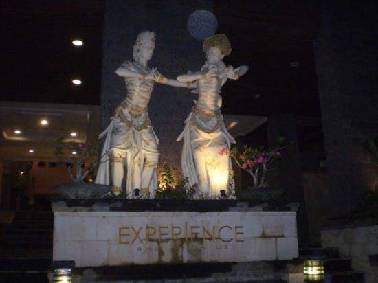 Pelangi Bali Hotel: Pelangi entrance statues