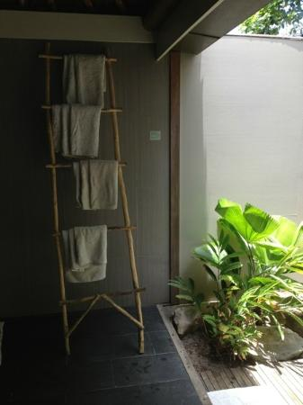 Blue Lagoon Beach Resort: Bathroom towel rack