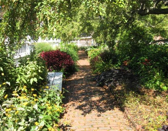 Prescott Park: Shady path