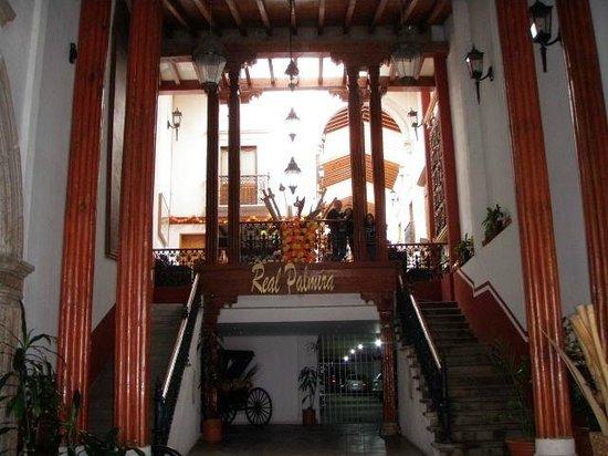 Mision Patzcuaro Centro Historico: Acceso principal del hotel Real Palmira