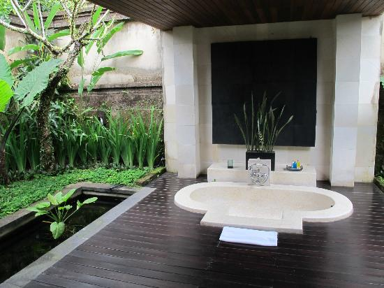 The Ubud Village Resort & Spa: Outdoor bath area