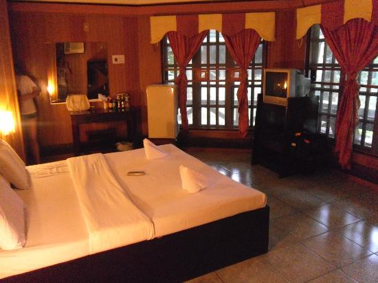 Dumaluan Beach Resort: I actually can't remember. But I think this was the Deluxe room we had. Or maybe the executive.