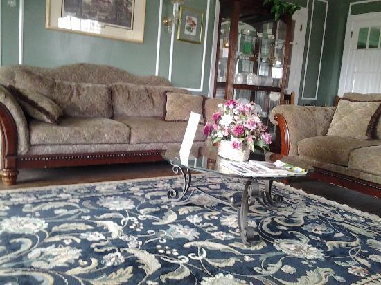 The Brewster Inn: Parlor