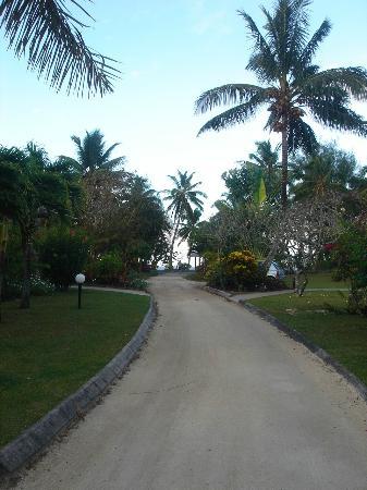 Lagoon Breeze Villas: Driveway
