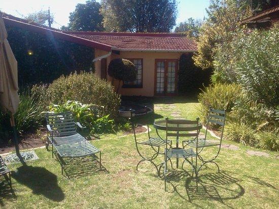Thulani Lodge: Garden area for morning coffee