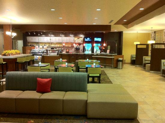 Courtyard Maui Kahului Airport: an open area to order a drink, to eat and watch tv etc.  next to lobby