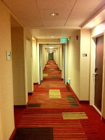Courtyard Maui Kahului Airport: long hallway