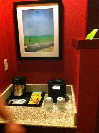 Courtyard Maui Kahului Airport: mini bar and coffee area in the room