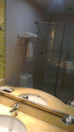 Renion Hills Hotel: Shower area