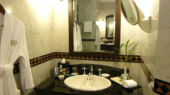 Eastern & Oriental Hotel: The Olde Worlde Bathroom