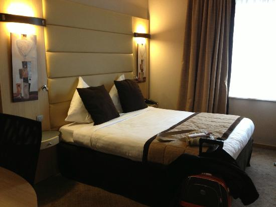 Novotel Brussels Midi Station: Chambre spacieuse et comfortable