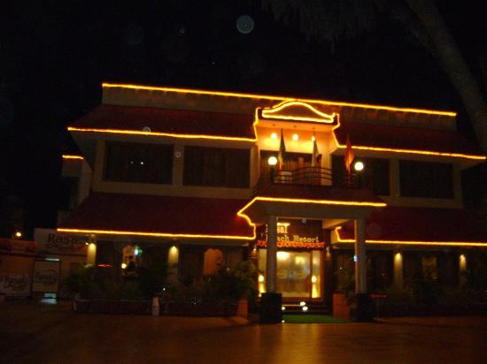 Rasal Beach Resort & Vista Rooms: Hotel view at night