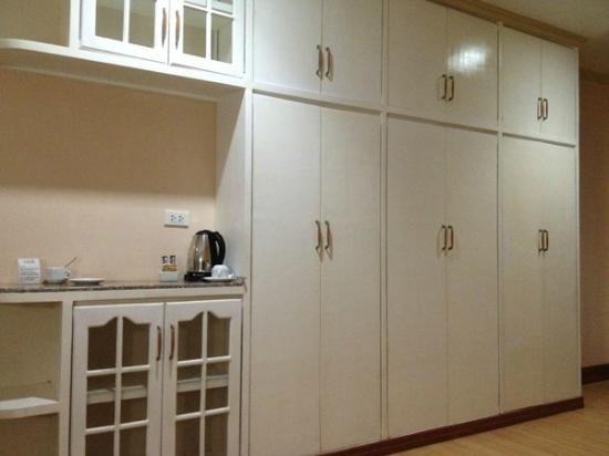 Estrellas de Mendoza Playa Resort: Cabinets in the room