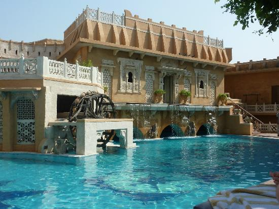 Ajit Bhawan: Pool - outstandingly clean and beautiful - with poolside service if required.