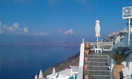 Aeolos Studios & Suites: View to the North, towards Oia and La