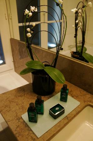 Villa Madame: Lovely orchid in bathroom