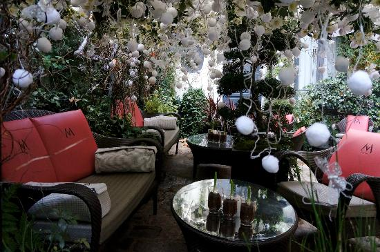 วิลล่า มาดาม: Outdoor courtyard with Xmas 2011 decorations