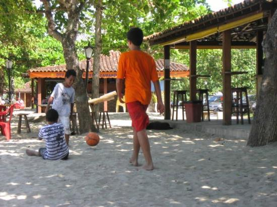 Pousada Bambu Bamboo: Boys playing soccer at the beach