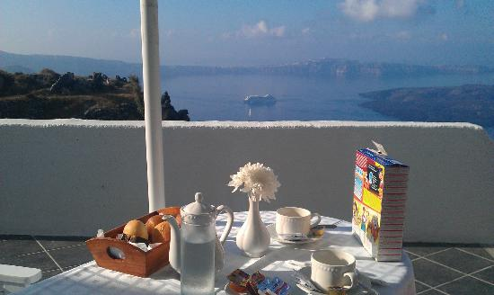 Aeolos Studios & Suites: Breakfast with a view (we bought the Frosties from the local shop)
