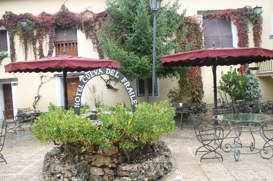 Cueva Del Fraile: Patio interior y pozo