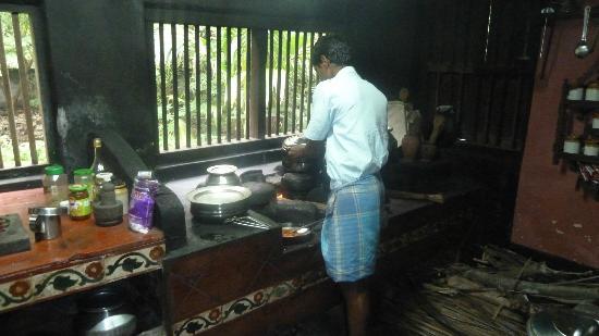 La Dame Rouge: Tanga dans sa cuisine traditionnelle