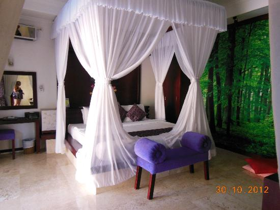 Lavender Villa & Spa: Huge Bed in Bedroom