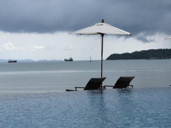 Crowne Plaza Phuket Panwa Beach: Sun loungers for two