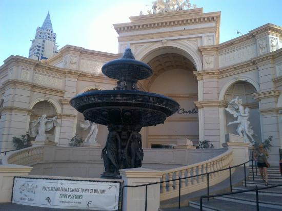 Monte Carlo Resort & Casino: STRIP FACING HOTEL ENTRANCE