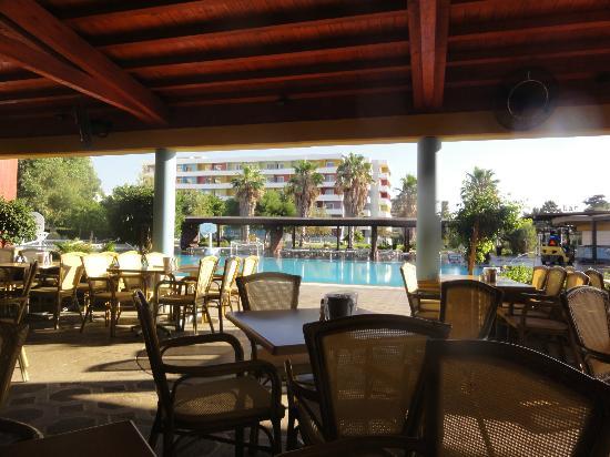 Esperides Beach Family Resort : Pool taverne ( buffets petit déjeuner et déjeuner)